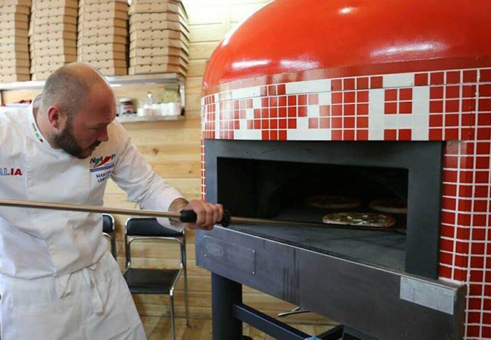 Максим Любич у печи для пиццы