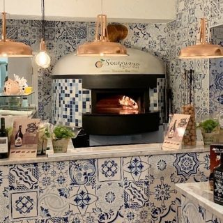 Пиццерия и печь в красивой отделке