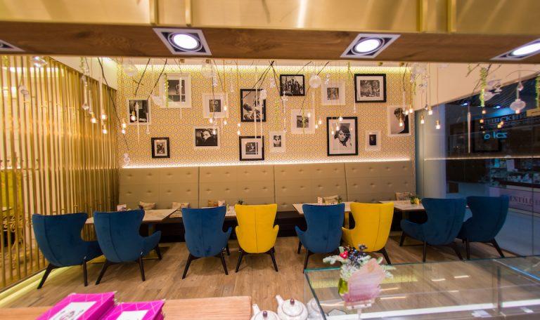 Синие и желтые стулья в кафе