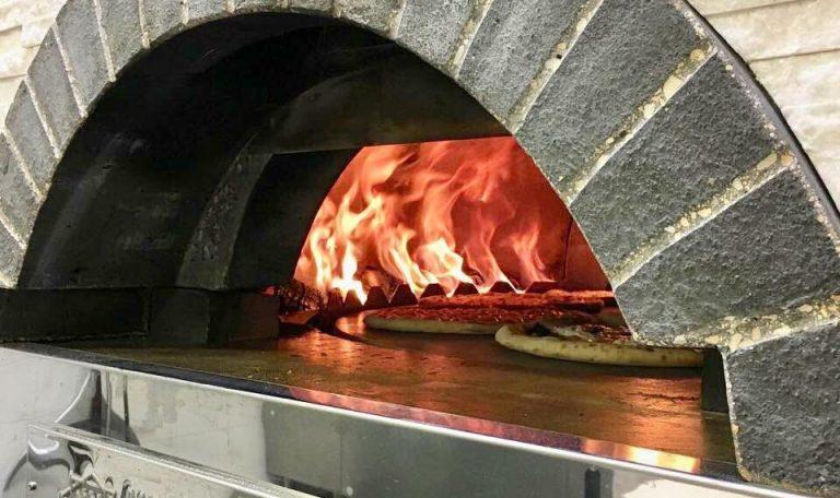 Огонь в печи для пиццы на дровах