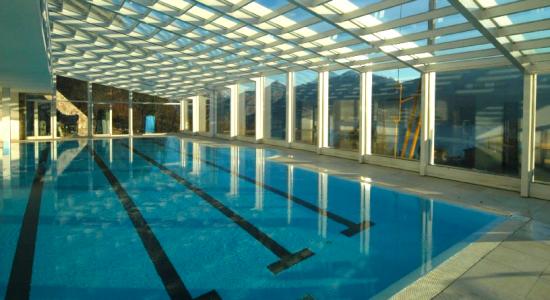 стеклянное покрытие приватного бассейна
