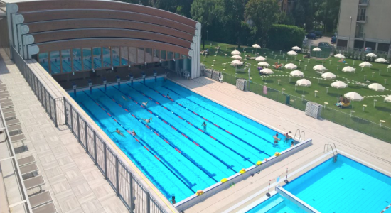 бассейн с мобильным покрытием